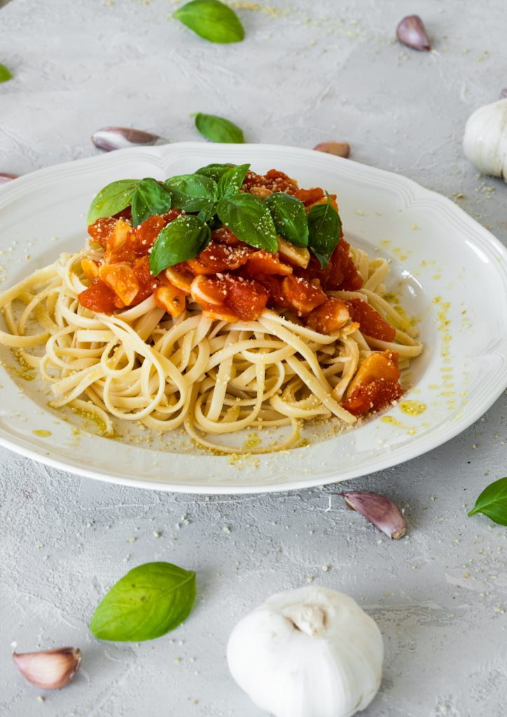 Fresh tomato pasta vegan dinner The best tomato pasta you'll ever try. The sauce requires just 4 ingredients and it's just perfect in it's simplicity. A great and easy vegan dinner idea!